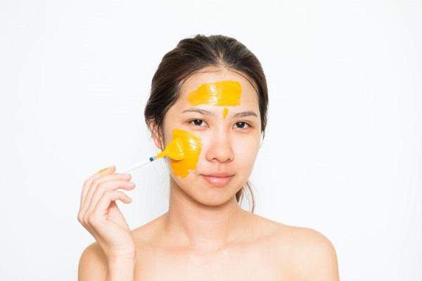 Massage với tinh bột nghệ làm đẹp da